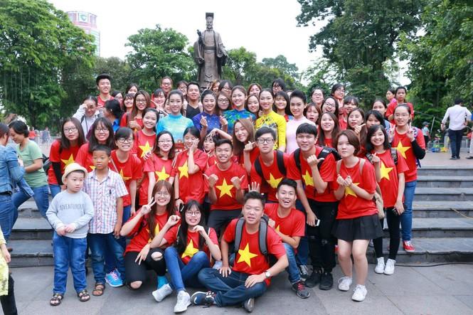 Ngọc Hân, Mỹ Linh, Thanh Tú mặc áo dài nhảy flashmob ở Hồ Gươm - ảnh 1