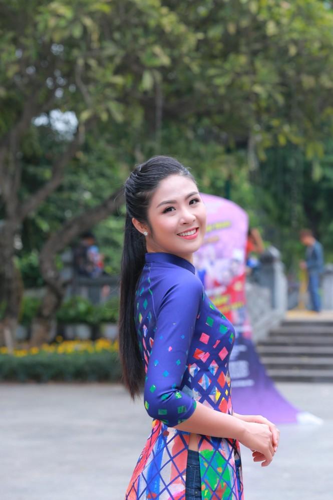 Ngọc Hân, Mỹ Linh, Thanh Tú mặc áo dài nhảy flashmob ở Hồ Gươm - ảnh 3