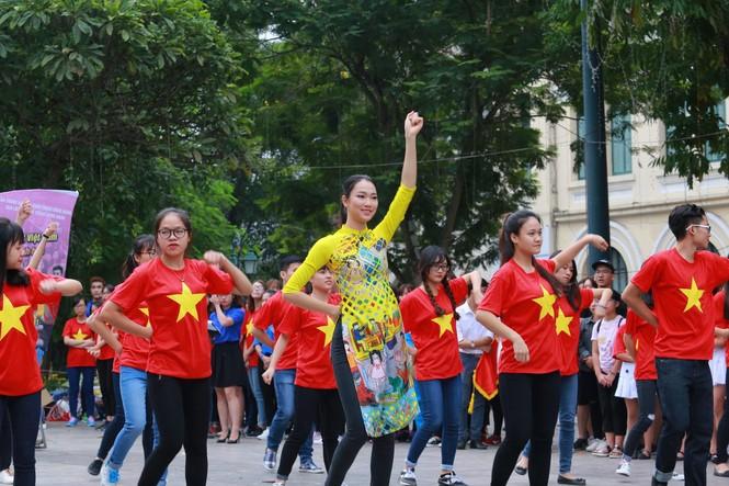 Ngọc Hân, Mỹ Linh, Thanh Tú mặc áo dài nhảy flashmob ở Hồ Gươm - ảnh 8
