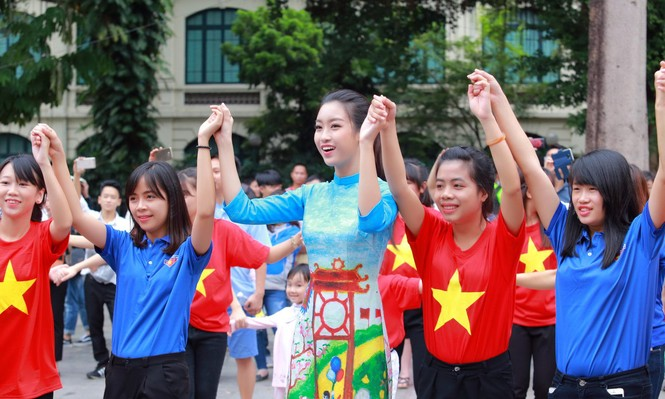 Ngọc Hân, Mỹ Linh, Thanh Tú mặc áo dài nhảy flashmob ở Hồ Gươm - ảnh 7