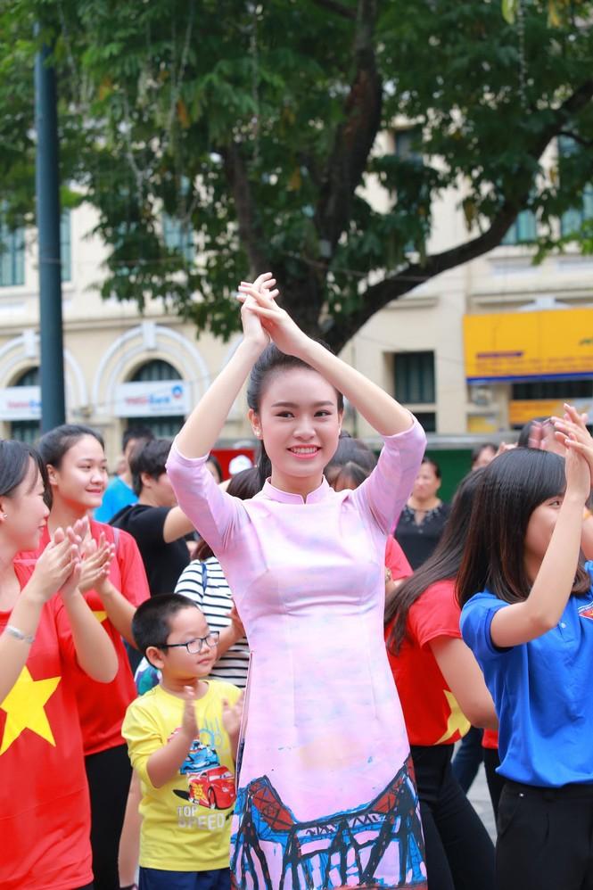Ngọc Hân, Mỹ Linh, Thanh Tú mặc áo dài nhảy flashmob ở Hồ Gươm - ảnh 9