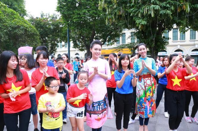 Ngọc Hân, Mỹ Linh, Thanh Tú mặc áo dài nhảy flashmob ở Hồ Gươm - ảnh 10