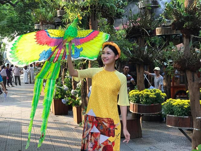 Ngọc Hân, Thanh Tú diện áo dài, diễu hành trên đường phố Huế - ảnh 4
