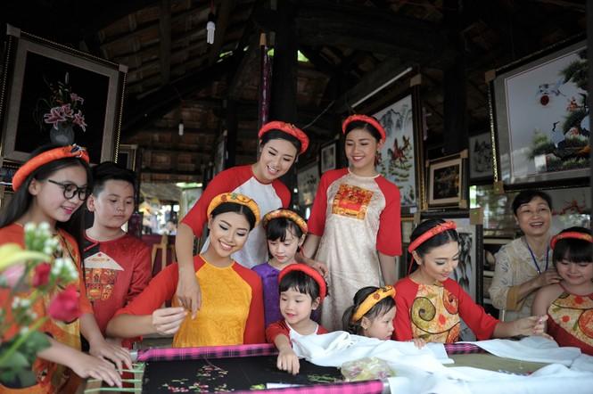Ngọc Hân, Thanh Tú diện áo dài, diễu hành trên đường phố Huế - ảnh 7