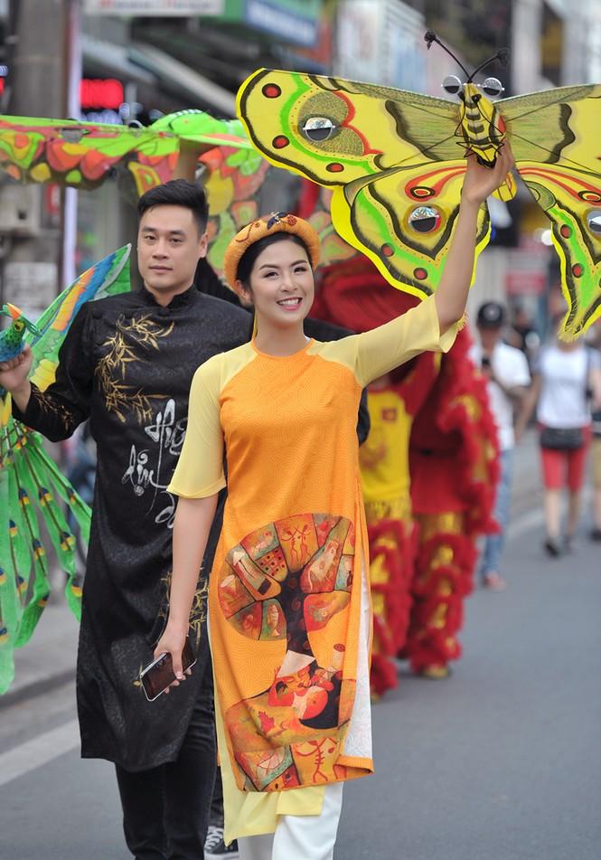 Ngọc Hân, Thanh Tú diện áo dài, diễu hành trên đường phố Huế - ảnh 1