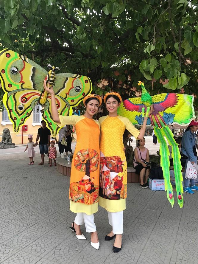 Ngọc Hân, Thanh Tú diện áo dài, diễu hành trên đường phố Huế - ảnh 2