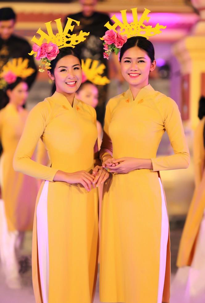 Ngọc Hân, Thanh Tú diện áo dài, diễu hành trên đường phố Huế - ảnh 9