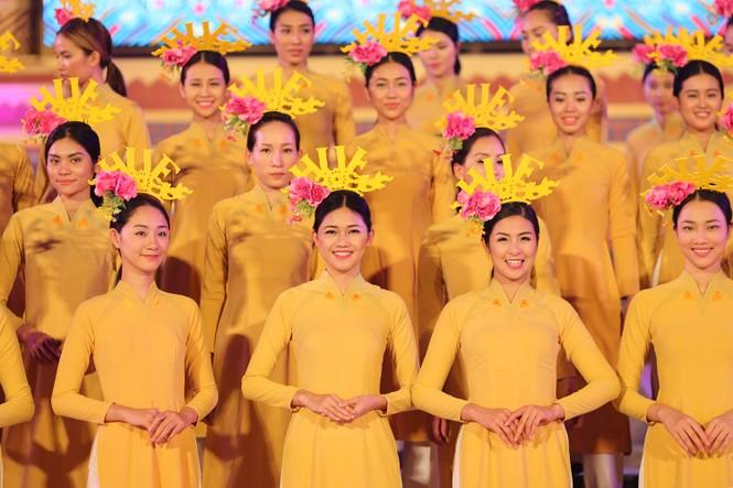 Ngọc Hân, Thanh Tú diện áo dài, diễu hành trên đường phố Huế - ảnh 10