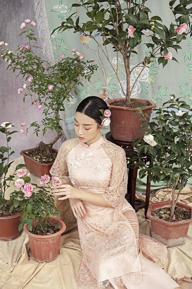 Hoa hậu Đỗ Mỹ Linh duyên dáng với áo dài cách tân ngày Tết - ảnh 7