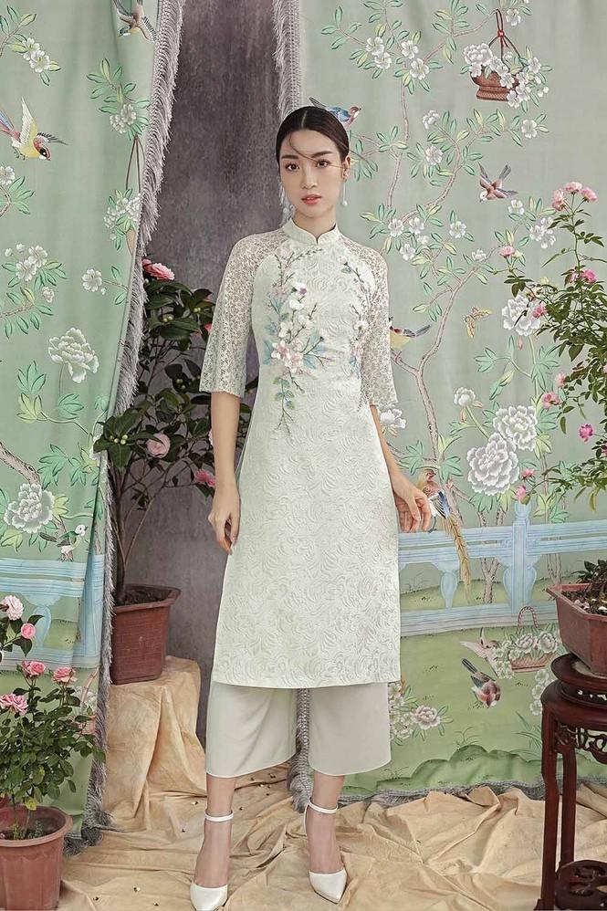 Hoa hậu Đỗ Mỹ Linh duyên dáng với áo dài cách tân ngày Tết - ảnh 1