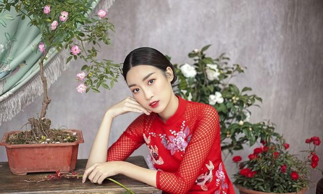 Hoa hậu Đỗ Mỹ Linh duyên dáng với áo dài cách tân ngày Tết - ảnh 10