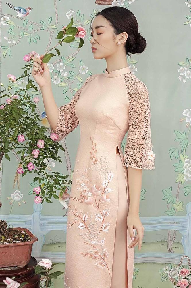 Hoa hậu Đỗ Mỹ Linh duyên dáng với áo dài cách tân ngày Tết - ảnh 3