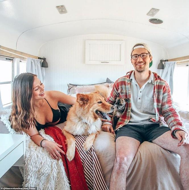 Cặp đôi biến xe thành nhà để đi du lịch thế giới - ảnh 4
