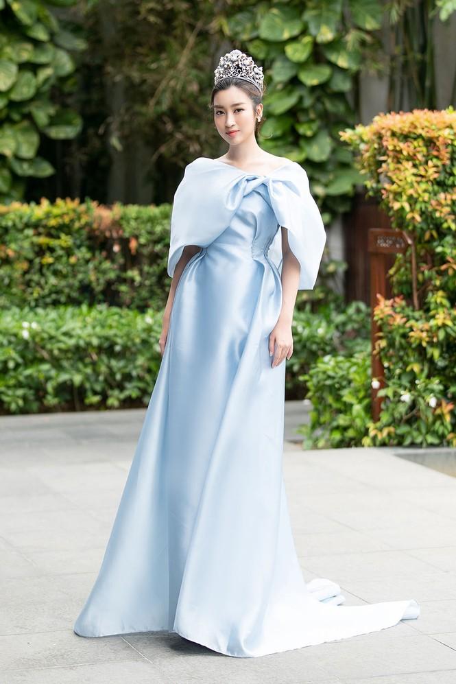 Hoa hậu Tiểu Vy - Mỹ Linh đội vương miện kiêu sa, khoe nhan sắc tựa 'nữ thần' - ảnh 1