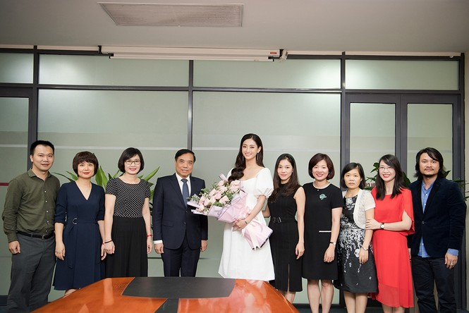 Hoa hậu Lương Thùy Linh được vây kín khi đeo vương miện về thăm trường - ảnh 5