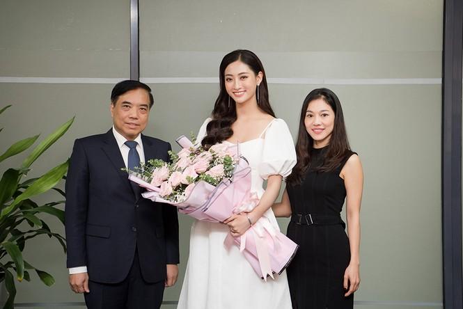 Hoa hậu Lương Thùy Linh được vây kín khi đeo vương miện về thăm trường - ảnh 11