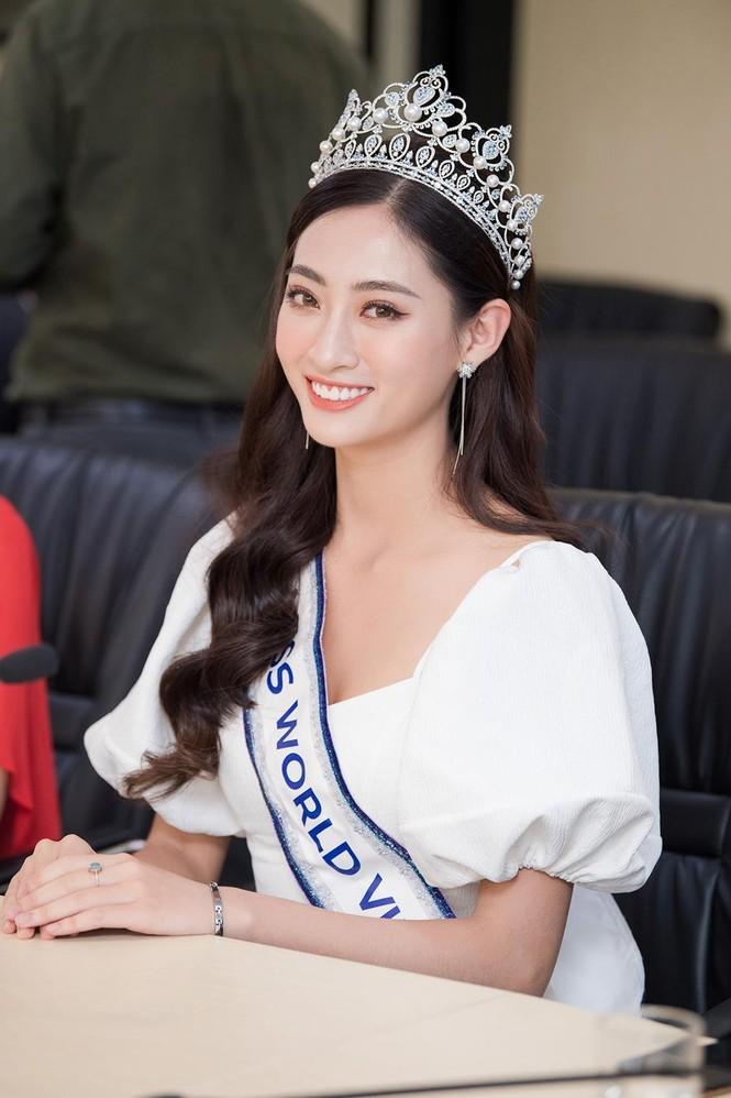 Hoa hậu Lương Thùy Linh được vây kín khi đeo vương miện về thăm trường - ảnh 9