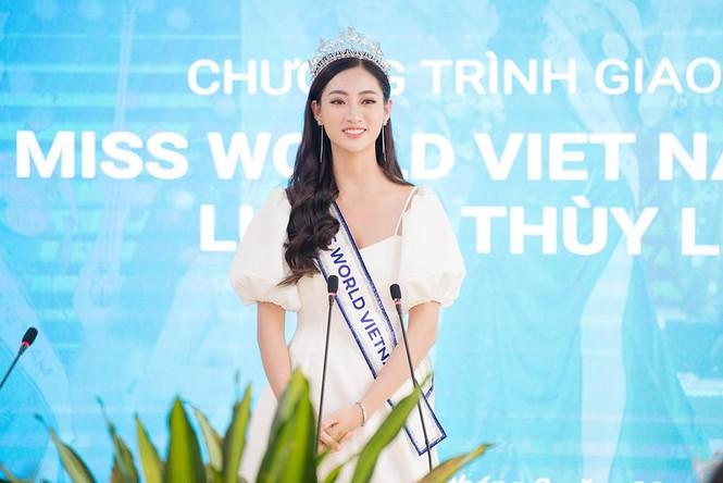 Hoa hậu Lương Thùy Linh được vây kín khi đeo vương miện về thăm trường - ảnh 10