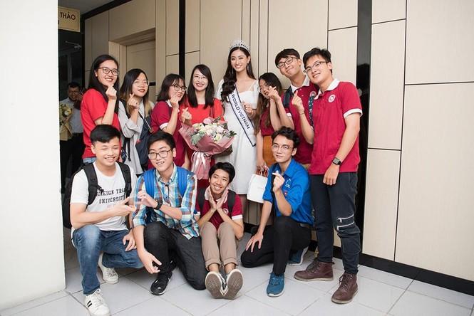 Hoa hậu Lương Thùy Linh được vây kín khi đeo vương miện về thăm trường - ảnh 6