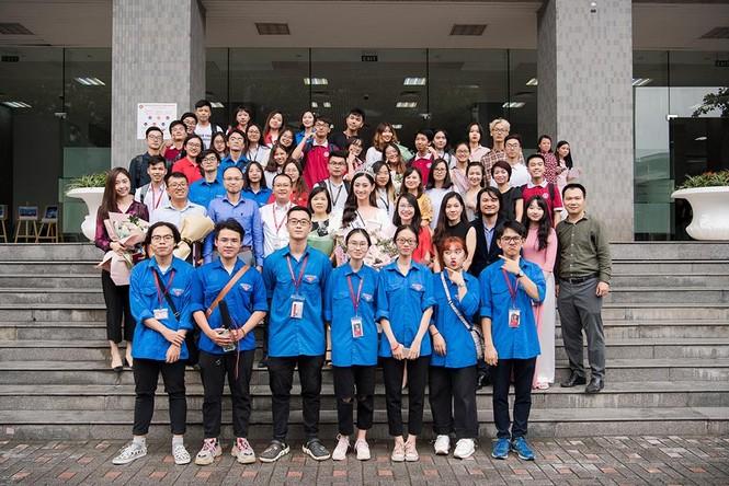 Hoa hậu Lương Thùy Linh được vây kín khi đeo vương miện về thăm trường - ảnh 2