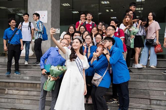 Hoa hậu Lương Thùy Linh được vây kín khi đeo vương miện về thăm trường - ảnh 4