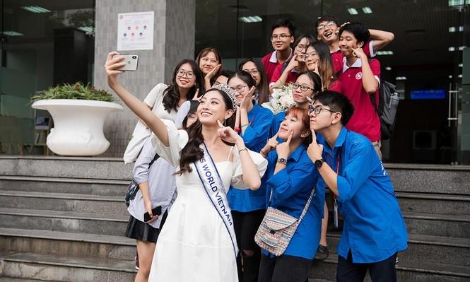 Hoa hậu Lương Thùy Linh được vây kín khi đeo vương miện về thăm trường - ảnh 3