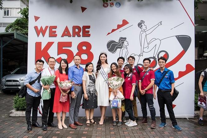 Hoa hậu Lương Thùy Linh được vây kín khi đeo vương miện về thăm trường - ảnh 1