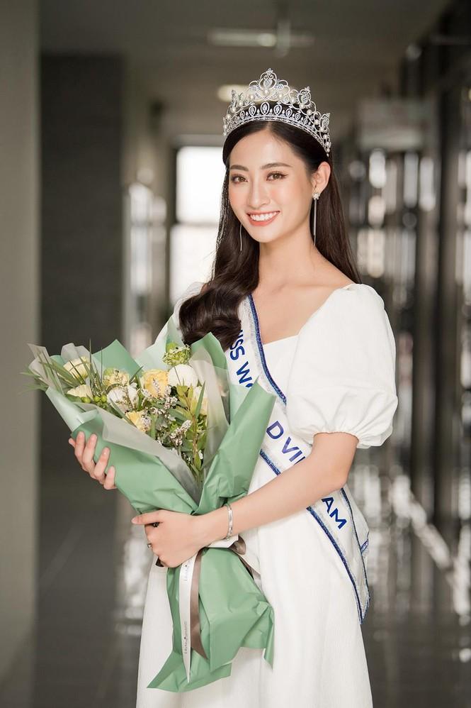 Hoa hậu Lương Thùy Linh được vây kín khi đeo vương miện về thăm trường - ảnh 7