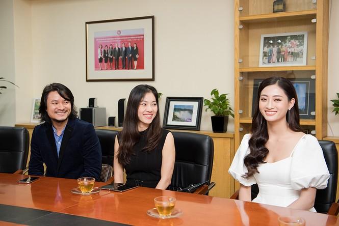 Hoa hậu Lương Thùy Linh được vây kín khi đeo vương miện về thăm trường - ảnh 8