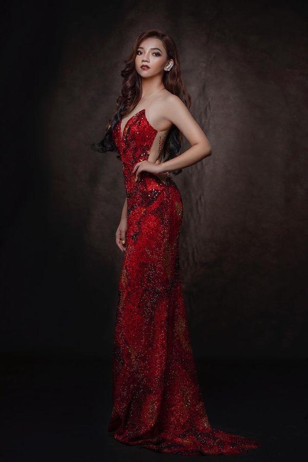 Nhái váy của HH Catriona Gray, thí sinh Hoa hậu Myanmar ngã dúi dụi - ảnh 2