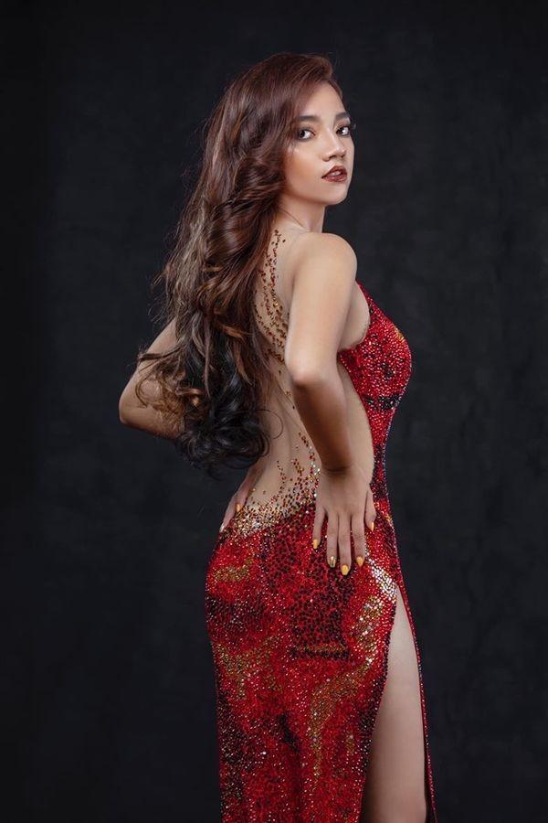 Nhái váy của HH Catriona Gray, thí sinh Hoa hậu Myanmar ngã dúi dụi - ảnh 1