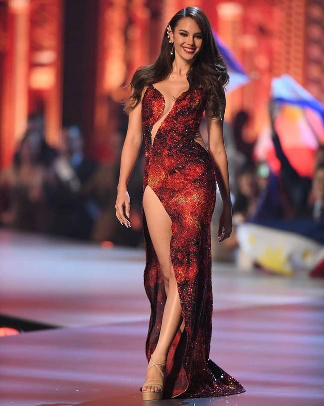 Nhái váy của HH Catriona Gray, thí sinh Hoa hậu Myanmar ngã dúi dụi - ảnh 3