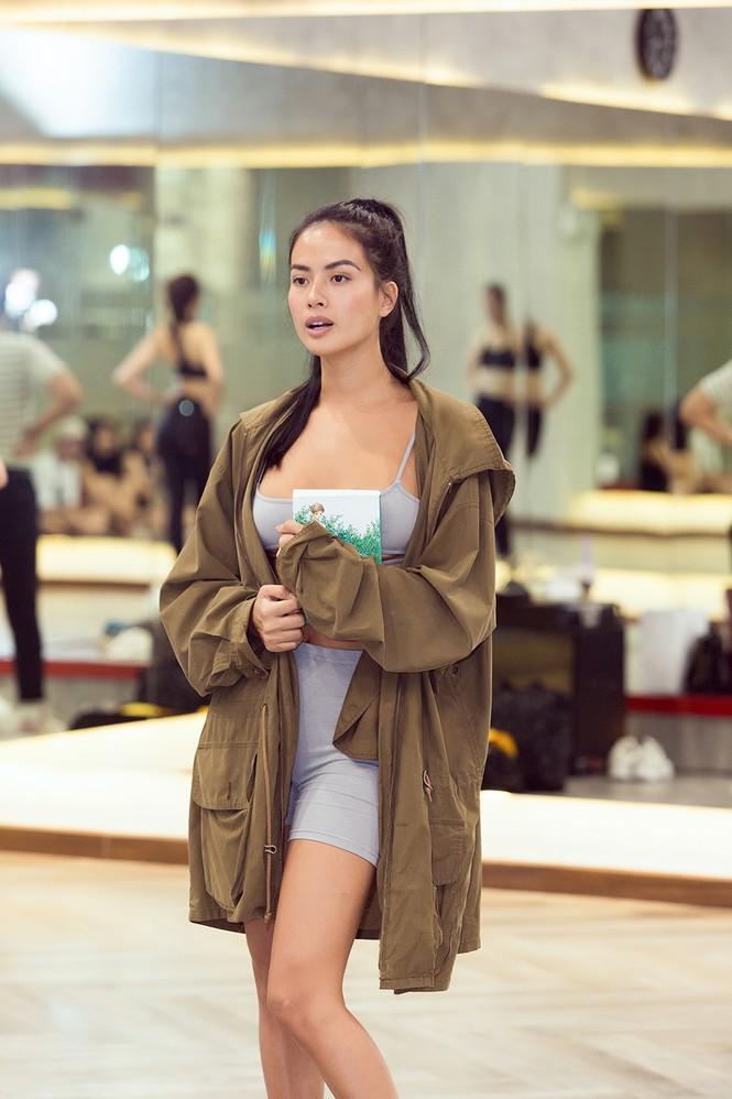 Siêu mẫu Như Vân nóng 'bỏng mắt' tập catwalk cho Á hậu Kiều Loan, Tường San  - ảnh 2