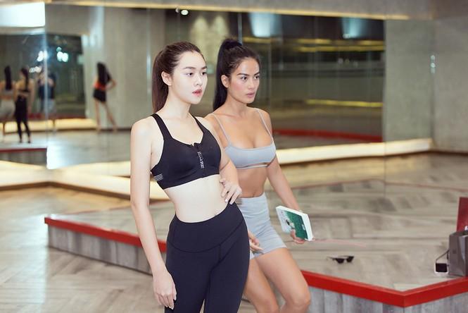Siêu mẫu Như Vân nóng 'bỏng mắt' tập catwalk cho Á hậu Kiều Loan, Tường San  - ảnh 3
