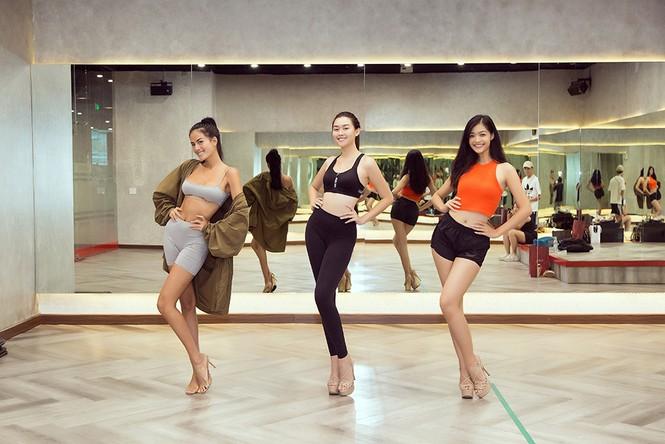 Siêu mẫu Như Vân nóng 'bỏng mắt' tập catwalk cho Á hậu Kiều Loan, Tường San  - ảnh 5