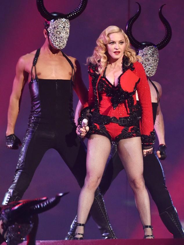 Madonna 'làm chuyện ấy' với cầu thủ trên máy bay, trả 20 triệu USD nếu mang bầu - ảnh 1