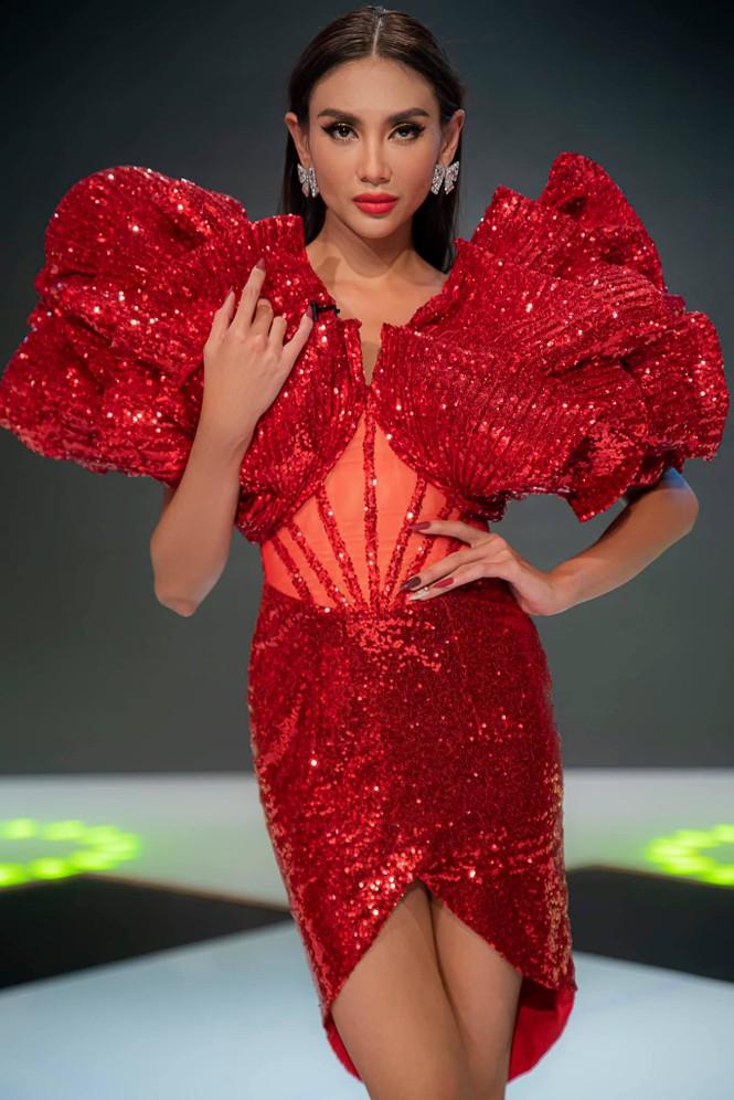 Lan Khuê khoe body nóng bỏng với áo tắm, Võ Hoàng Yến tựa đoá hồng với váy đỏ rực - ảnh 3