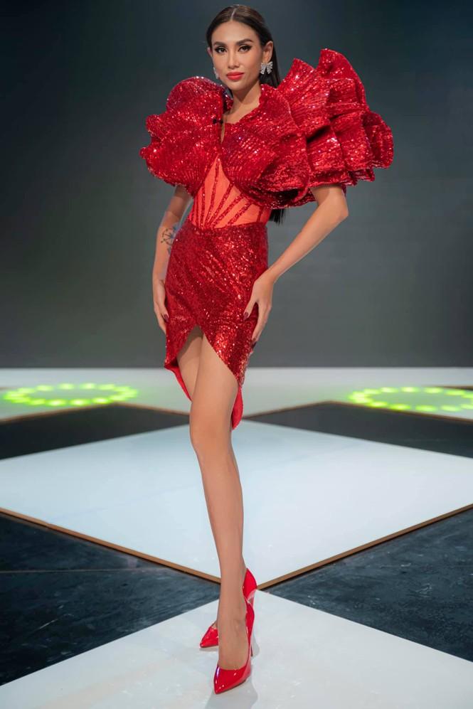 Lan Khuê khoe body nóng bỏng với áo tắm, Võ Hoàng Yến tựa đoá hồng với váy đỏ rực - ảnh 2