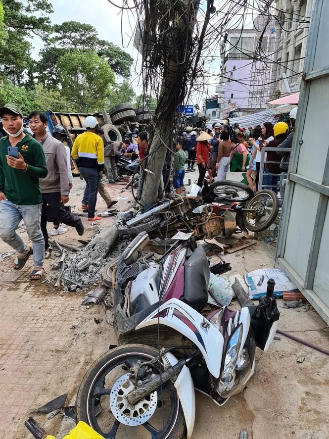Xe tải chở bia 'trôi' trên phố, ủi bay 17 xe máy - ảnh 3