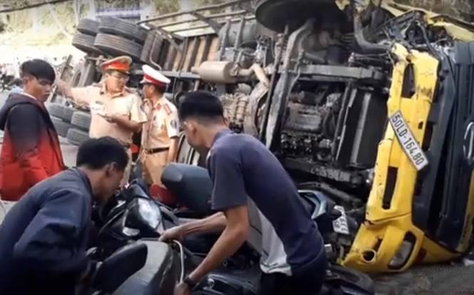 Xe tải chở bia 'trôi' trên phố, ủi bay 17 xe máy - ảnh 4