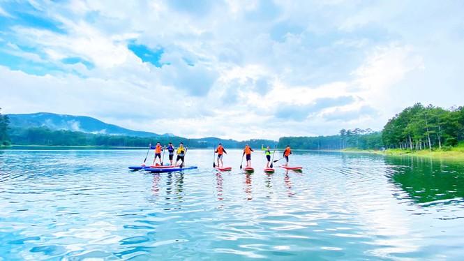 Người trẻ phát 'sốt' với du lịch tại chỗ: Săn mây, ngắm lá phong - ảnh 4