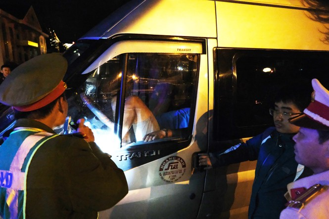 Triệu tập tài xế cố thủ trong xe khách để livestream, chống đối công an - ảnh 1