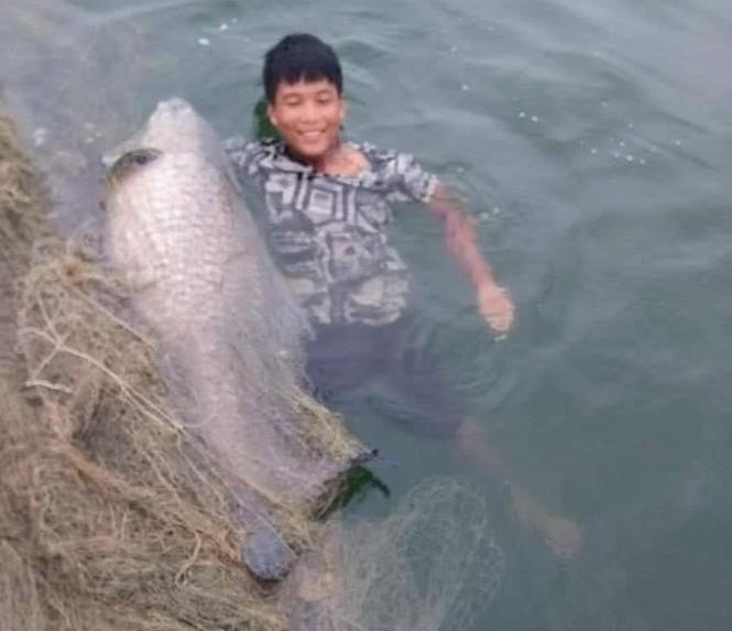 """Ngư dân hồ Thác Bà bắt được cá trắm đen """"khủng"""" 42kg - ảnh 1"""