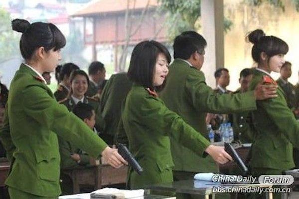 Nữ cảnh sát Việt xinh đẹp lên báo nước ngoài - ảnh 6