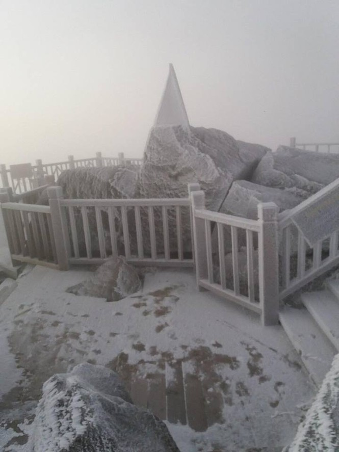 Băng tuyết bao phủ trên đỉnh Fansipan - ảnh 9