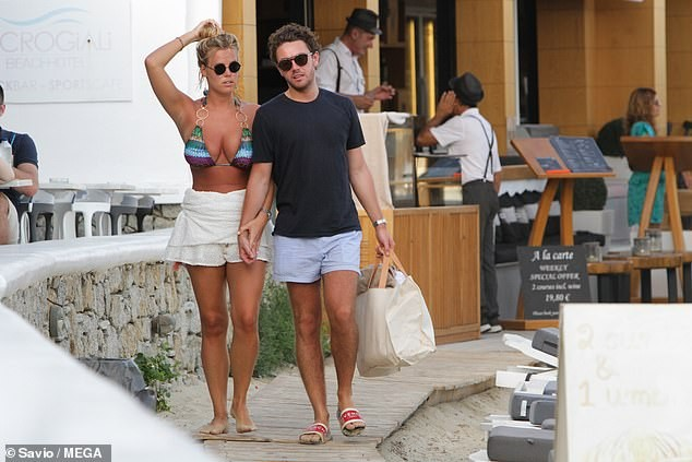 Chloe Meadows siêu gợi cảm với áo tắm, tình tứ với bạn trai ở biển - ảnh 5