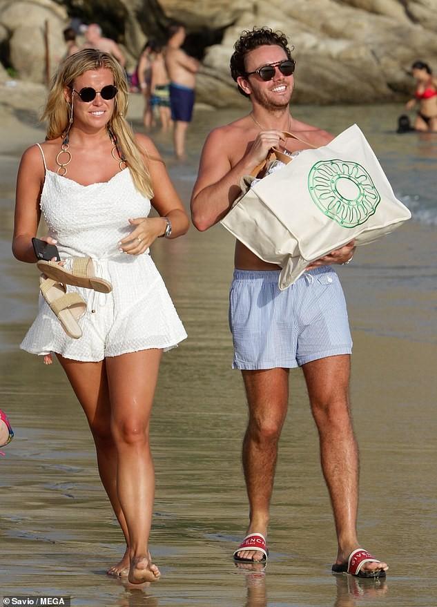 Chloe Meadows siêu gợi cảm với áo tắm, tình tứ với bạn trai ở biển - ảnh 6
