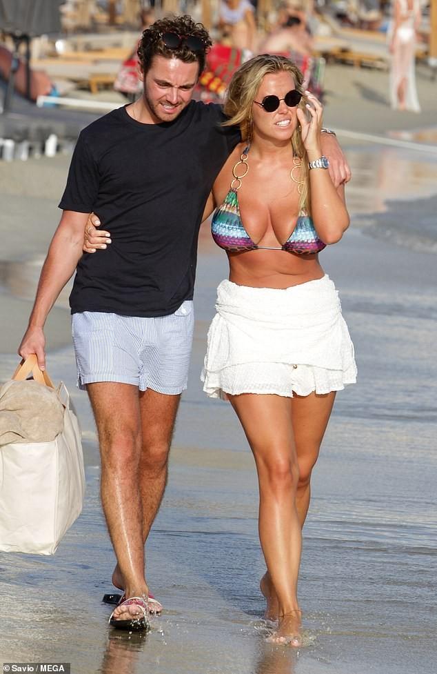 Chloe Meadows siêu gợi cảm với áo tắm, tình tứ với bạn trai ở biển - ảnh 7