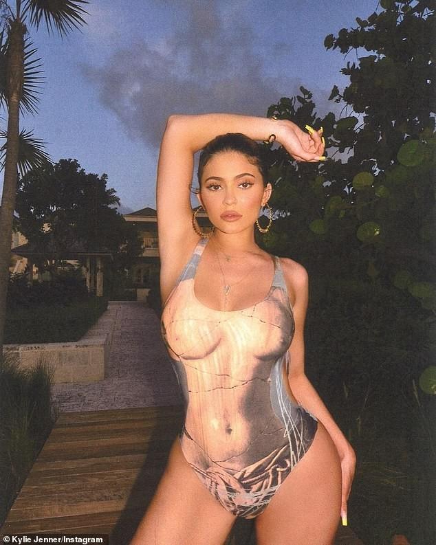 Em gái tỷ phú của Kim Kardashian khoe 3 vòng 'bỏng rẫy' gây choáng váng - ảnh 4