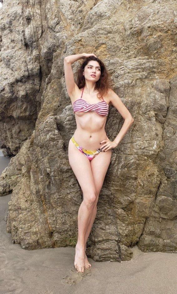 Không áo ngực, mỹ nhân Hollywoood quyến rũ với jumpsuit màu nude bó sát - ảnh 7